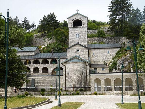 Um velho mosteiro de pedra
