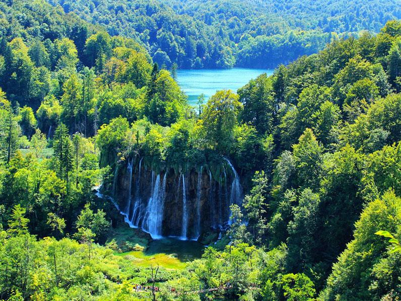 Uma cachoeira grande rodeada pela floresta