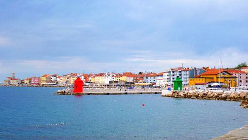 O porto duma cidade no mar