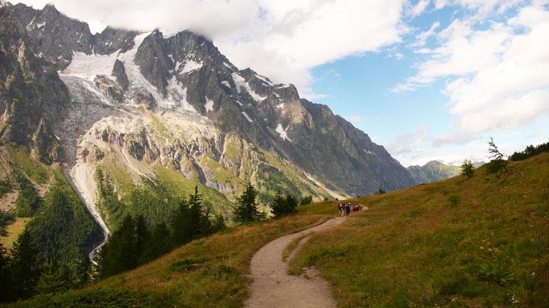 O trilho no campo com uma montanha ao fundo