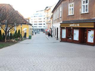 A rua estreita em qual fica a doceria