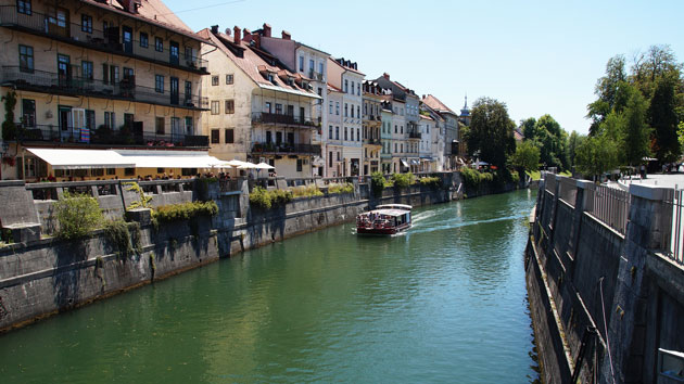Um rio passando pela cidade