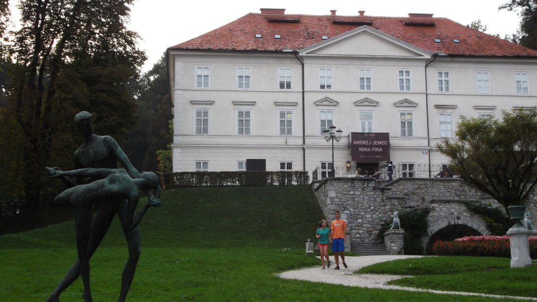 Sculpture of a couple and an old mansion in Tivoli City Park