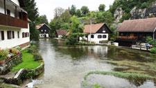 Casas de madeira perto do rio