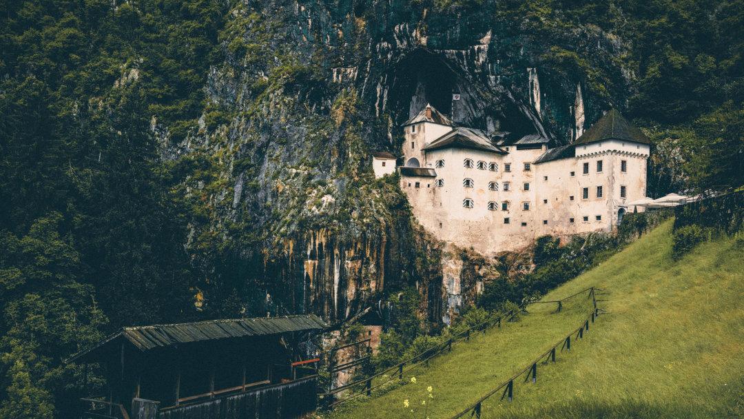Um castelo medieval construído num penhasco
