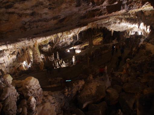 Uma galeria grande da caverna com uma escada que conecta dois níveis