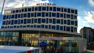 Um hotel moderno com muitas janelas