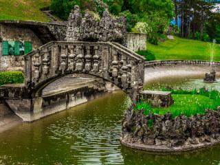 Uma ponte pequena sob o lago