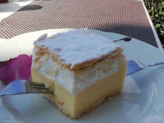 Prato com um bolo de creme e massa folhada