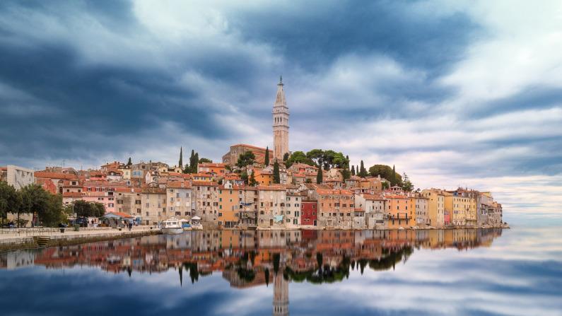 Vista da cidade com a reflexão no mar