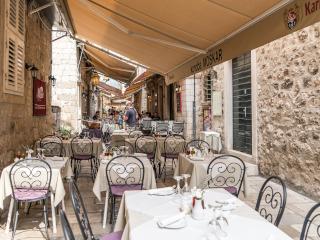Restaurante localizado numa rua antiga e estreita