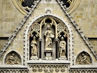Estátuas na parede de catedral