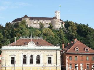 Um castelo medieval situado numa colina