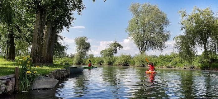Pessoas navegam os barquinhos pelo rio