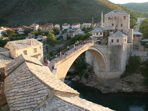 Uma ponte de pedra atraves do rio