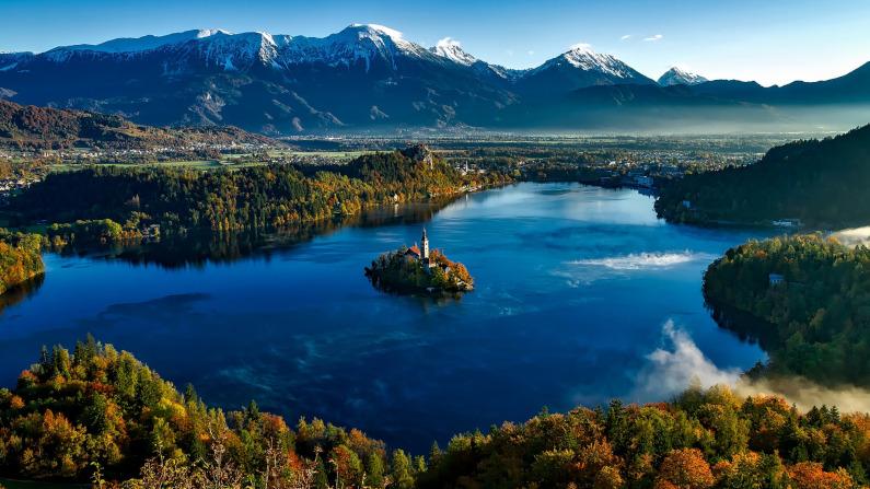 Un lago rodeado por el bosque y las montañas