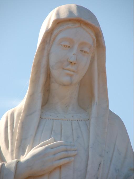 A estatua de Nossa Senhora em frente da igreja