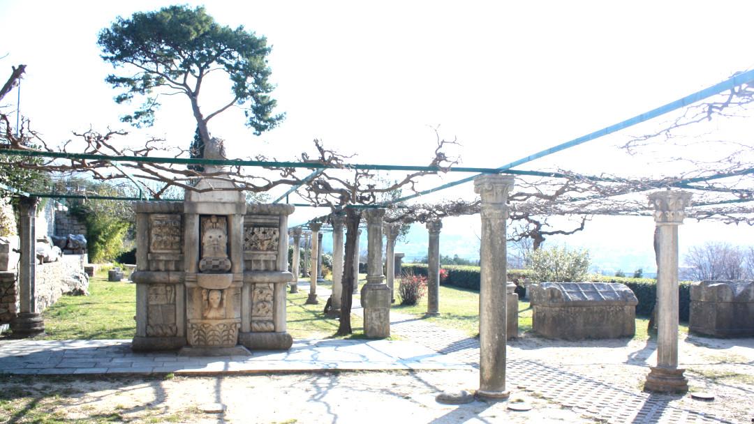 Um parque com monumentos antigos
