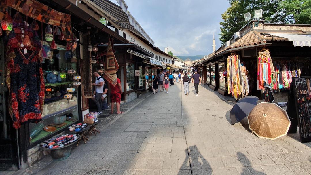 Rua com lojas de artesanato