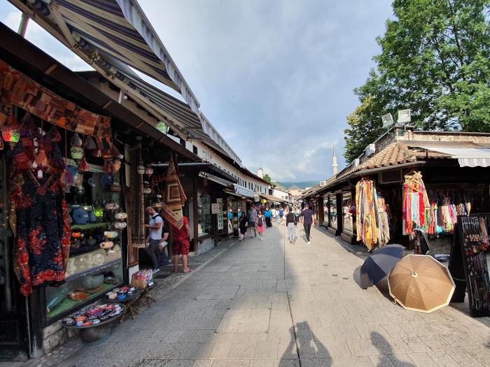 Praça central com lojas de artesanato