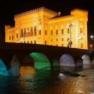 O prédio da prefeitura iluminado à noite