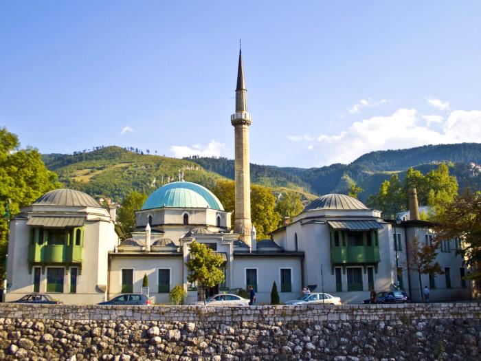 Uma mesquita grande com minarete