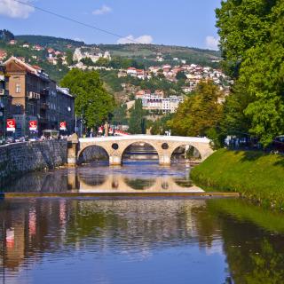 Uma antiga ponte de pedra