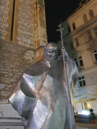 Estatua de papa em frente da igreja