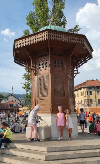 Antiga fonte de madeira