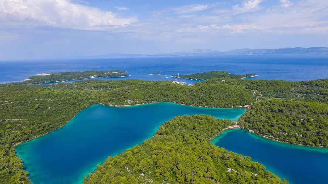 Vista aérea das ilhas cobertas com árvores