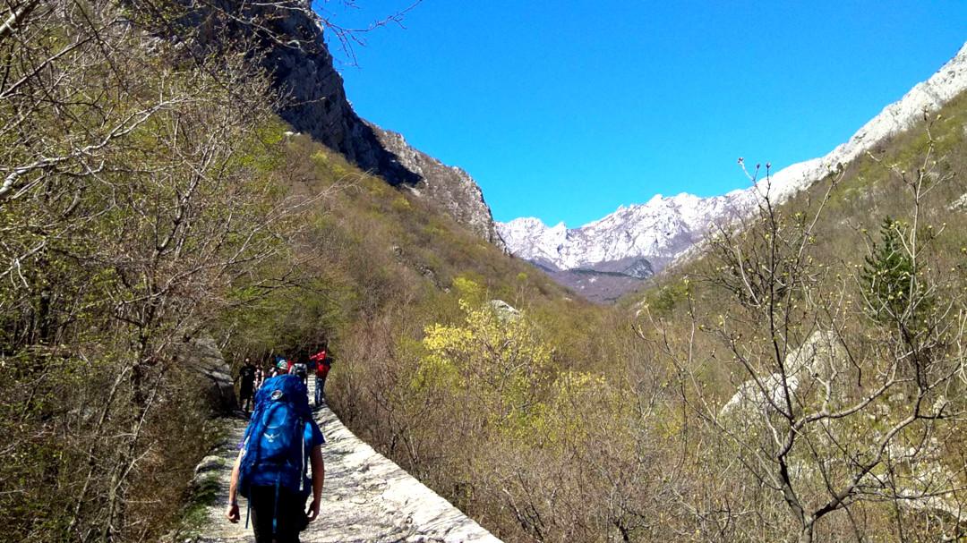 Pessoas andando pela trilha nas montanhas