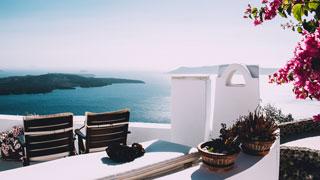 Dos sillas de madera en la terraza con vistas al mar