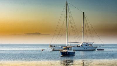Um barco no mar