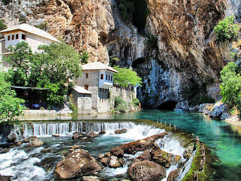 Un monasterio junto al río