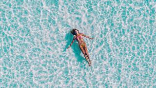 Una mujer nada en el mar cristalino