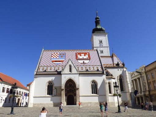 Igreja branca com telhado colorido