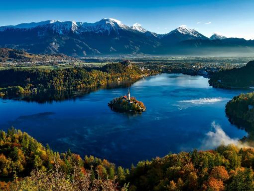 El lago rodeado de montañas con una isla en el medio