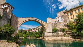 El Ponte Antiguo sobre el río en la ciudad de Mostar
