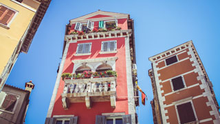 Antiguas casas de diferentes colores