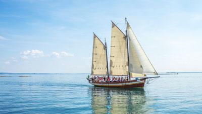 Un antiguo barco de madera con velas
