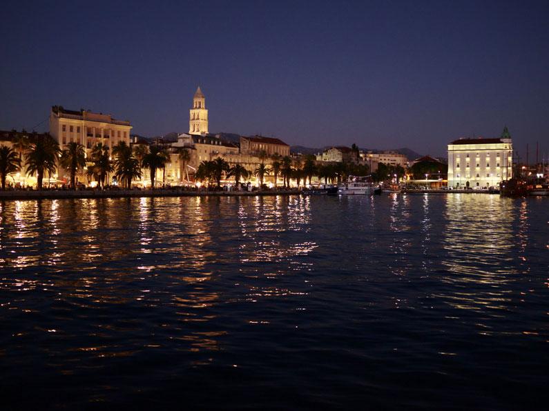 Calçadão de Split à noite, iluminado por luzes