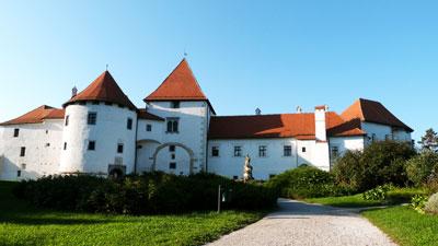 El castillo antiguo blanco con un parque alrededor