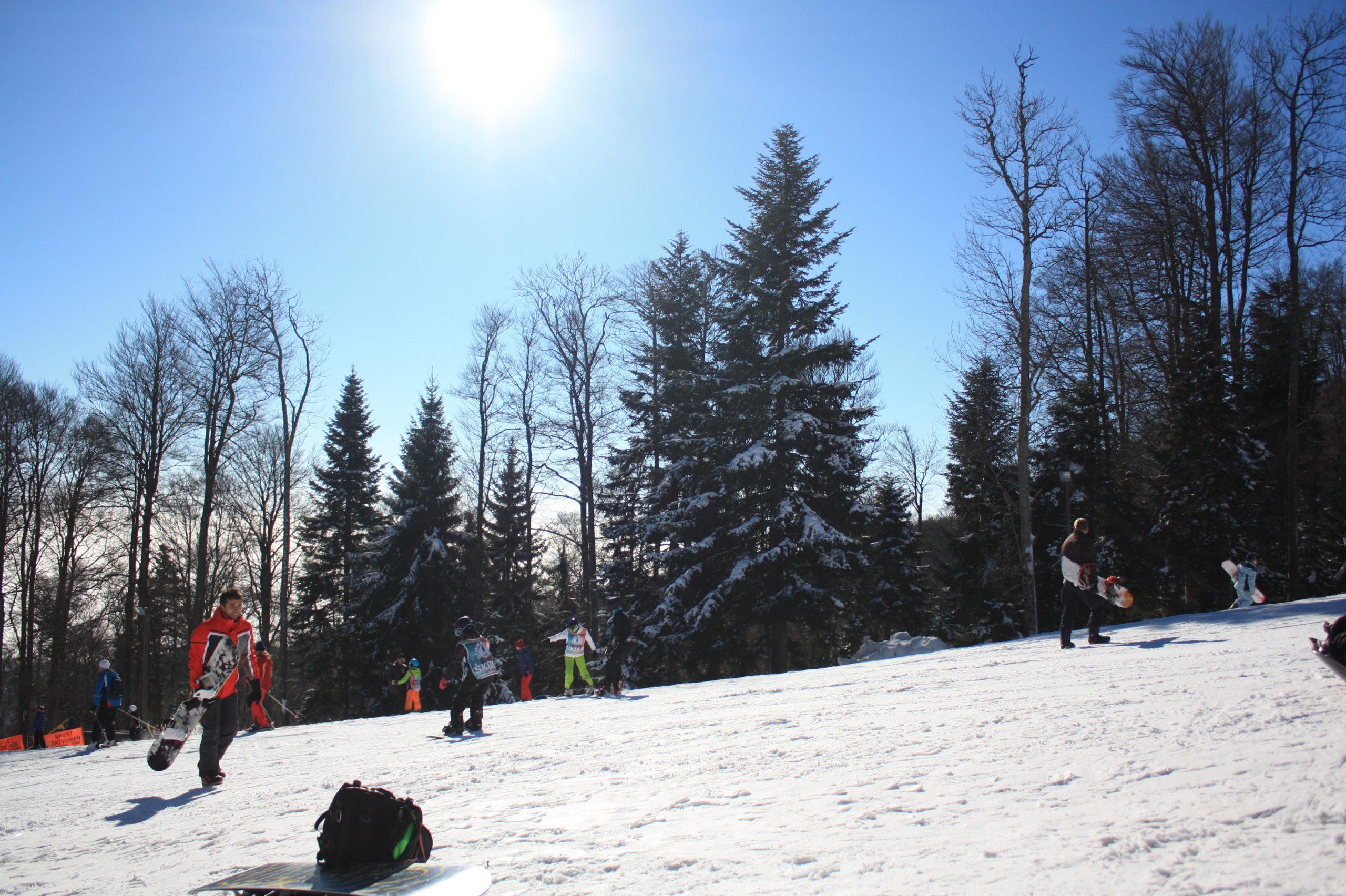 As pessoas esquiam na neve