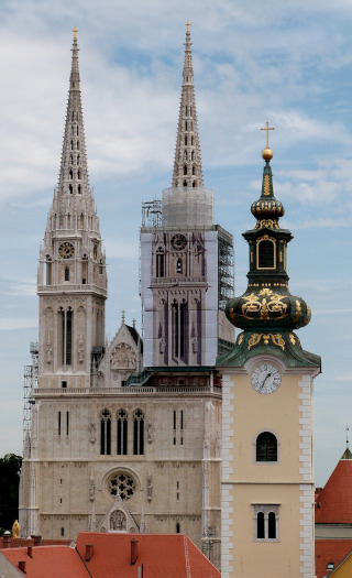 A tall cathedral with two towers