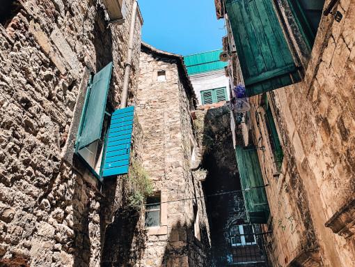 Casas tradicionais de pedra com as janelas verdes
