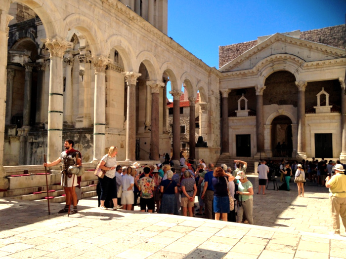 Grupo de turistas na praça de Peristilo