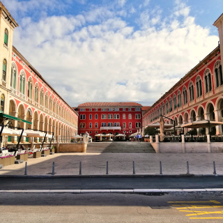 Praça rodeada pelas colunatas