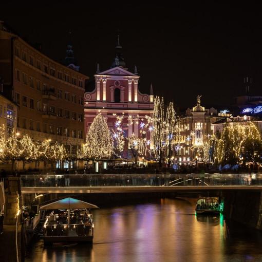 Centro de Liubliana iluminado por luces navideñas