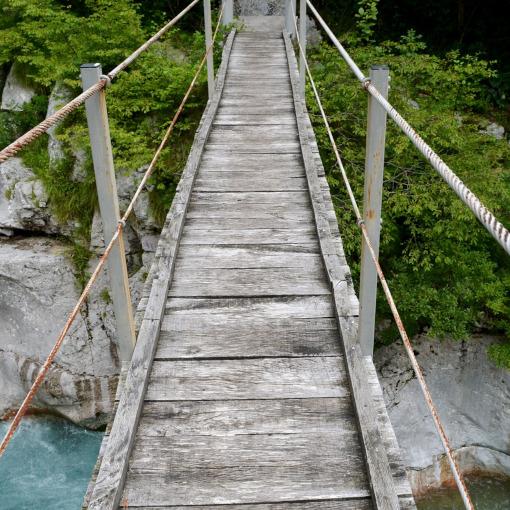 Un estrecho puente de madera sobre el desfiladero