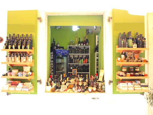 Janela verde com muitos produtos locais montados nela